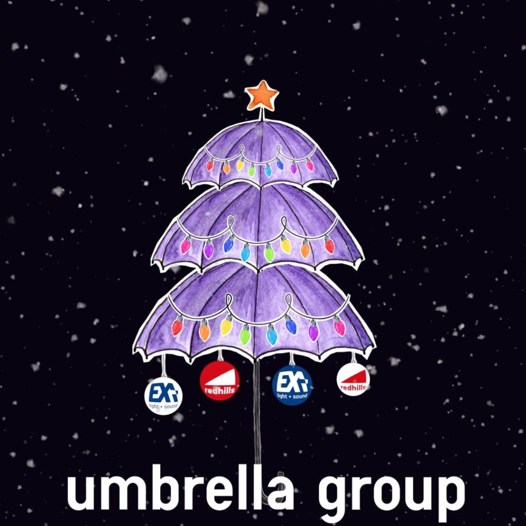 Mit Wasserfarben gemalter Weihnachtsbaum aus Regenschirmen. Er trägt als Weihnachtsschmuck Christbaumkugeln mit den Logos der Tochtergesellschaften, Exa Light & Sound und Redhills.